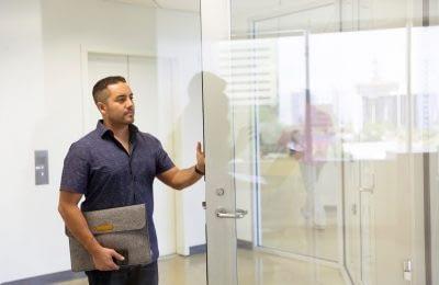 Mann an moderner Glastür