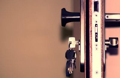 graues Schlüsselbund an Haustür
