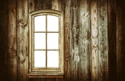 Holzfenster in Holzfassade